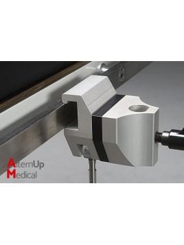 Clameau de fixation avec entretoise pour appuis bras table d'opération